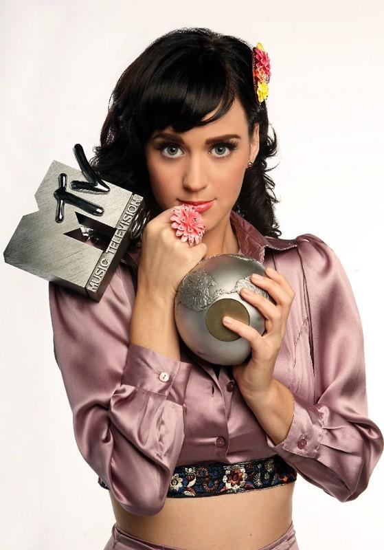Una foto di Katy Perry con un premio degli Mtv Music Video Awards