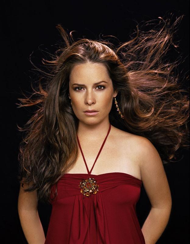 Uno scatto promozionale di Holly Marie Combs su sfondo scuro per stagione 8 di 'Streghe'