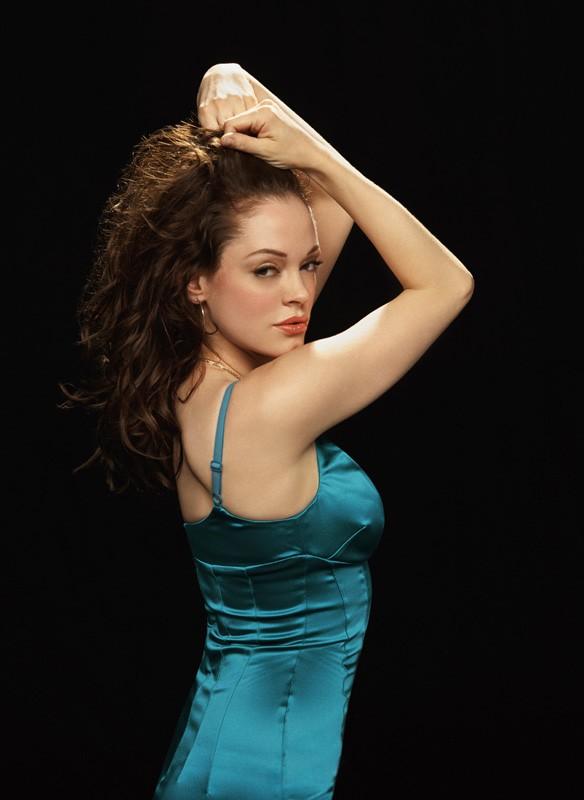 Uno scatto promozionale di Rose McGowan su sfondo scuro per l'ottava stagione di 'Streghe'