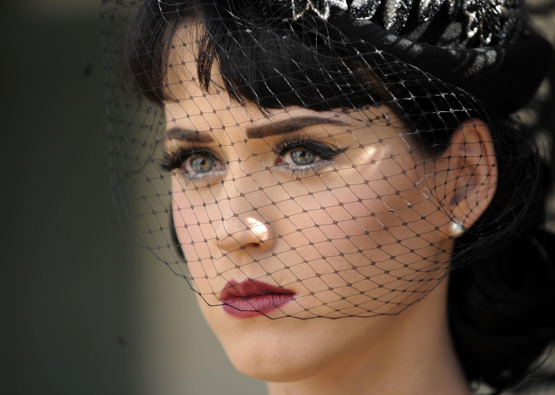 Wallpaper: un'espressione seriosa per Katy Perry