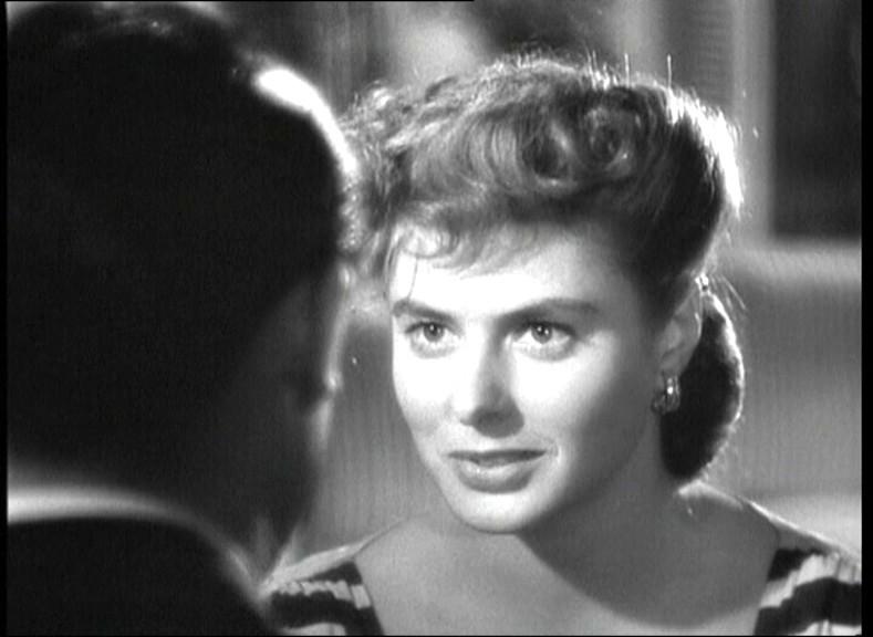Cary Grant (di spalle) e Ingrid Bergman in una scena del film Notorius - L'amante perduta