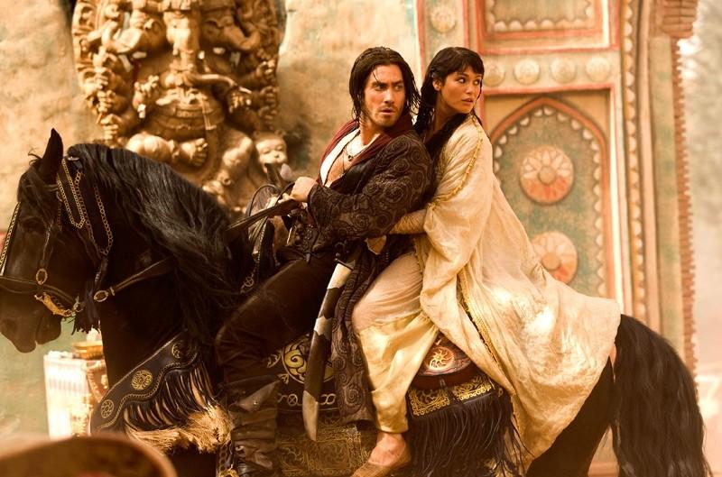 Jake Gyllenhaal e Gemma Arterton in fuga su un cavallo in Prince of Persia: The Sands of Time