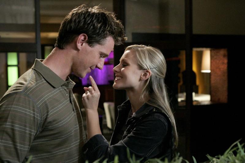Jason Dohring (Logan) con Kristen Bell (Veronica) in una scena dell'episodio 'Charlie, mio fratello' di Veronica Mars