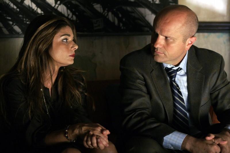 Laura San Giacomo ed Enrico Colantoni nell'episodio 'Charlie, mio fratello' di Veronica Mars