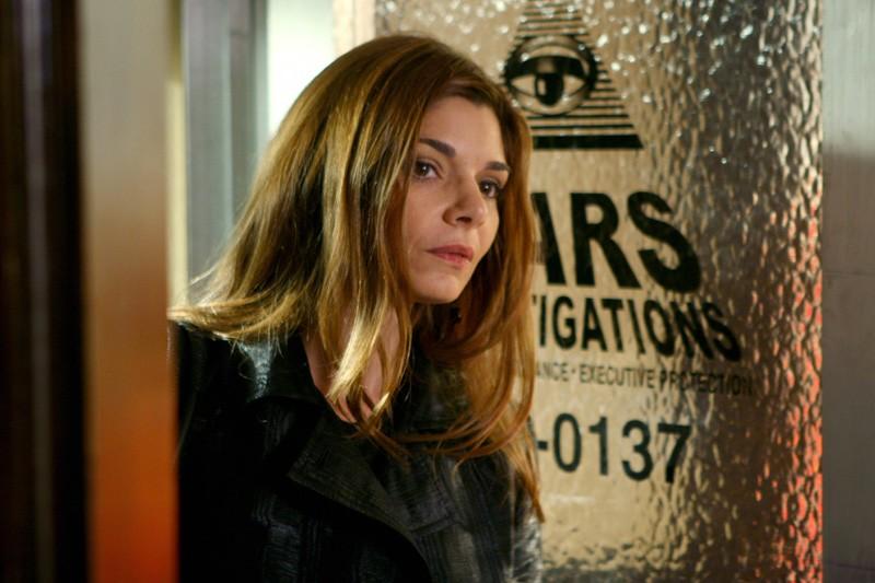Laura San Giacomo(Harmony) nello studio investigazioni dei Mars nell'episodio 'Uomini e vizi' di Veronica Mars