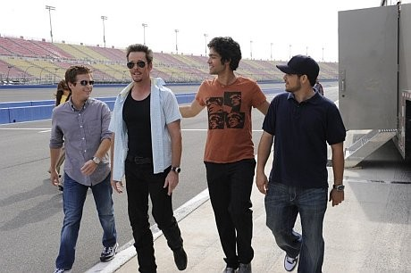 Kevin Connolly, Kevin Dillon, Adrian Grenier e Jerry Ferrara una scena dell'episodio 'One Car, Two Car, Red Car, Blue Car' della sesta stagione di Entourage