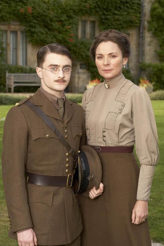 Daniel Radcliffe è Jack e Kim Cattrall è Carrie nel film My Boy Jack