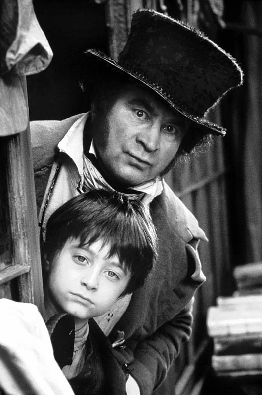 Un immagine promozionale in bianco e nero del film David Copperfield, con Daniel Radcliffe e Bob Hoskins