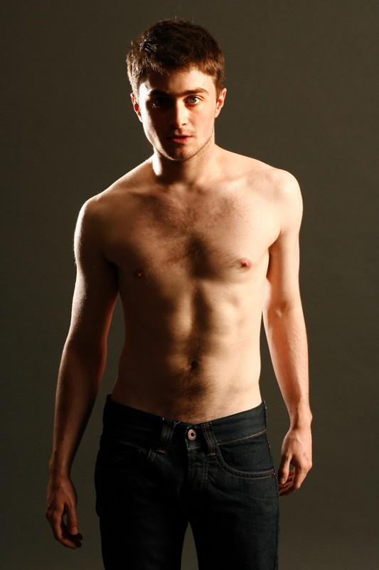 Una foto promo dello spettacolo teatrale Equus con l'attore Daniel Radcliffe a torso nudo