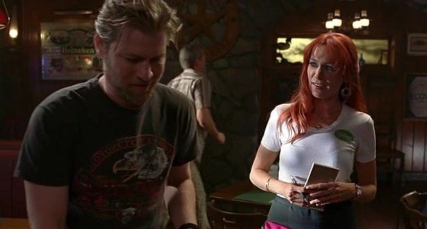 Carrie Preston (interprete di Arlene) e Todd Lowe (Terry) in una scena dell'episodio 'Hard-Harted Hannah' della serie tv True Blood