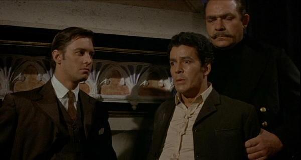 Edward de Souza in una scena del film Il mistero del castello