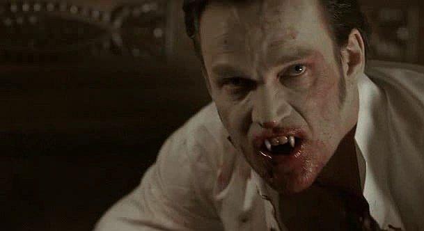 Il vampiro Bill Compton (Stephen Moyer) in una scena splatter dell'episodio 'Hard-Harted Hannah' della serie tv True Blood