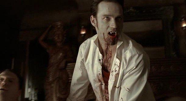 Il vampiro Bill (Stephen Moyer) in una scena splatter dell'episodio 'Hard-Harted Hannah' della serie tv True Blood