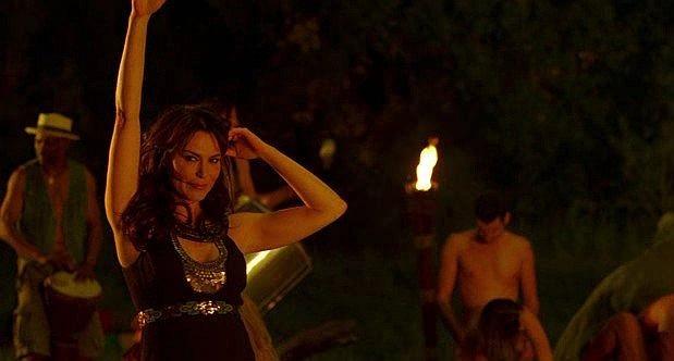 La misteriosa Maryann (interpretata da Michelle Forbes) controlla l'ennesima orgia di Bon Temps in una scena dell'episodio 'Hard-Harted Hannah' della serie tv True Blood
