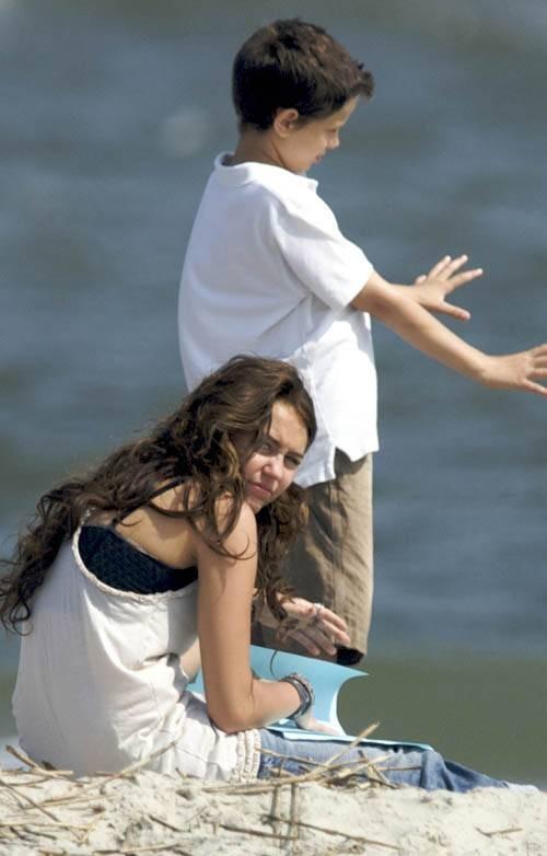 Miley Cyrus e un bambino sul set di The Last Song