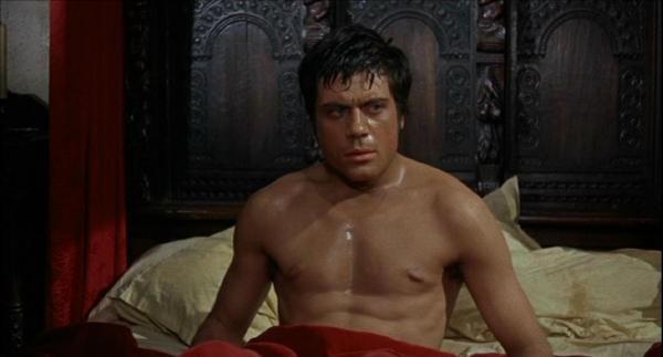 Oliver Reed a torso nudo in una scena del film L\'implacabile condanna