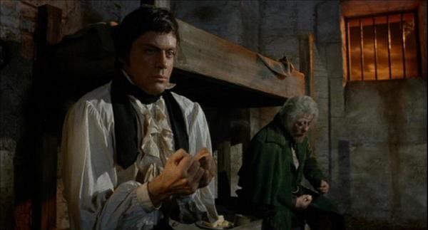 Oliver Reed e Michael Ripper in una scena del film L'implacabile condanna