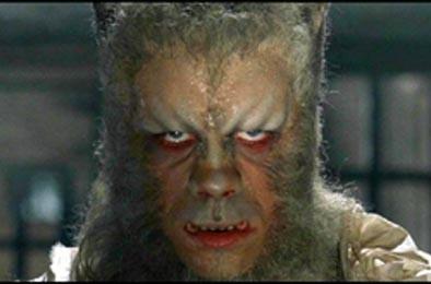 Oliver Reed trasformato in lupo mannaro nel film L\'implacabile condanna