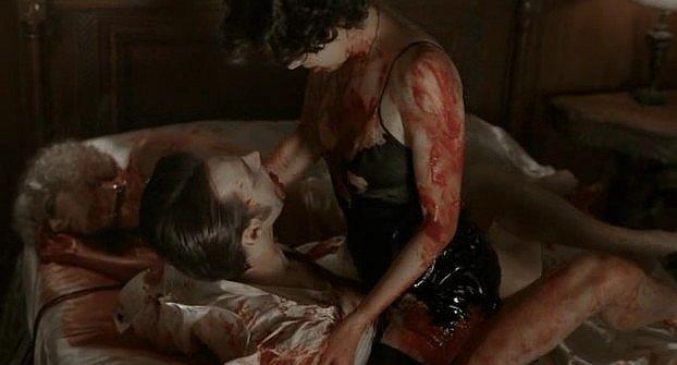 Stephen Moyer (il vampiro Bill) e Mariana Klaveno (interprete di Lorena) fanno sesso nel sangue in una scena dell'episodio 'Hard-Harted Hannah' della serie tv True Blood