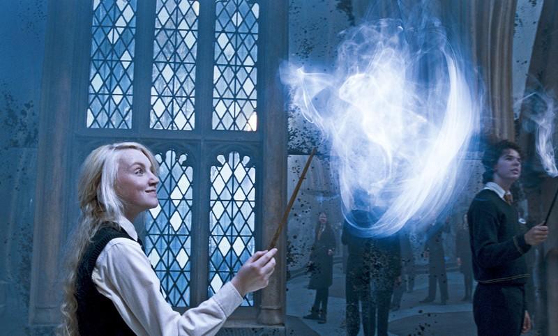 Evanna Lynch mentre crea la magia Expetto Patronum in una scena del film Harry Potter e l'Ordine della Fenice