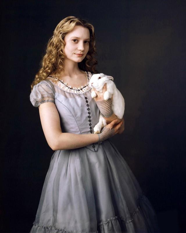 Mia Wasikowska è Alice in Wonderland nel film di Tim Burton