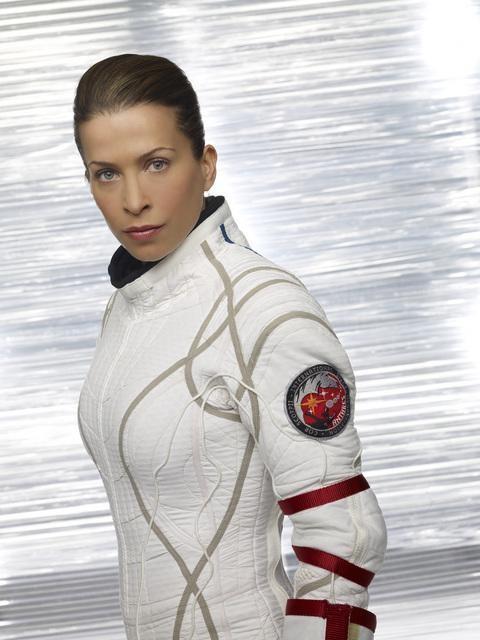 Christina Cox in una foto promozionale della serie Defying Gravity