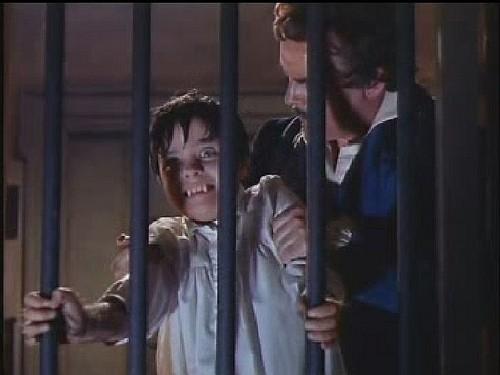 Clifford Evans e Justin Walters in una scena inquietante del film L\'implacabile condanna