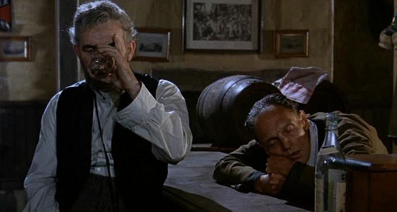 Clifford Evans in una scena del film Il mistero del castello (1963)