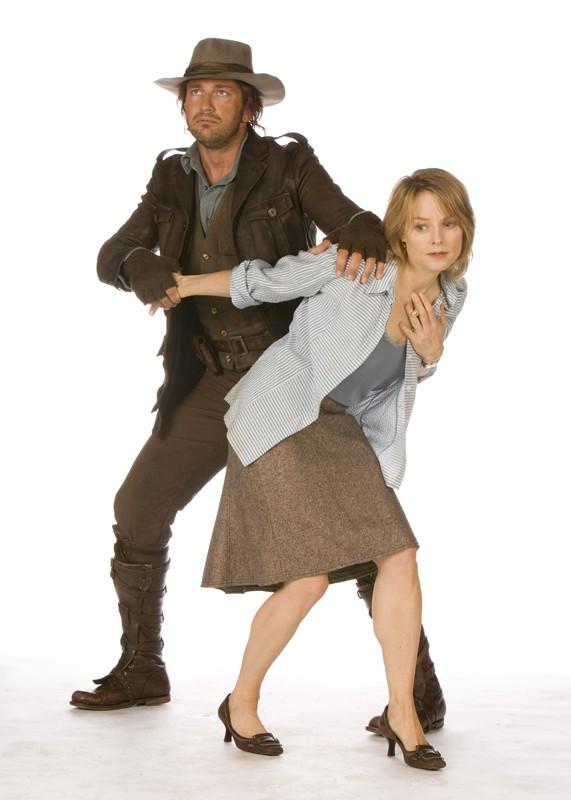 Gerard Butler (Alex Rover) e Jodie Foster (Alexandra Rover) in una foto promo del film 'Nim's Island'