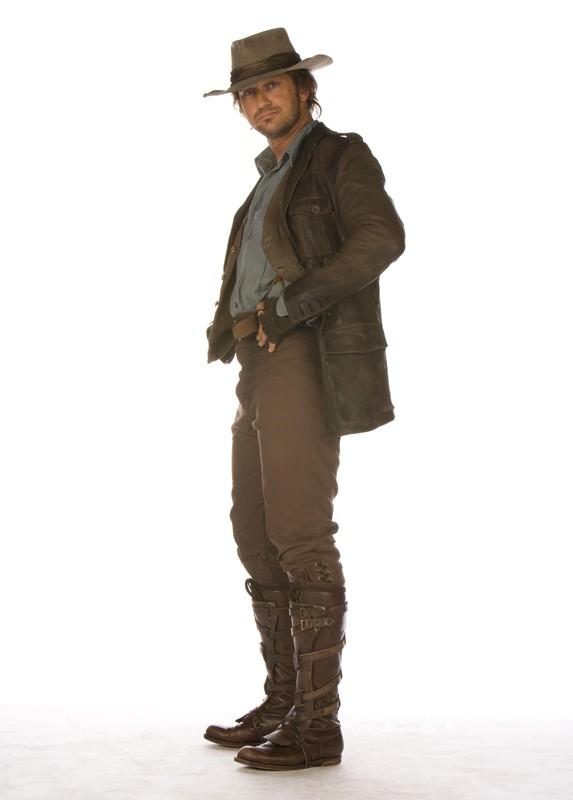 Gerard Butler è Alex Rover in una foto promo del film 'Alla ricerca dell'isola di Nim'