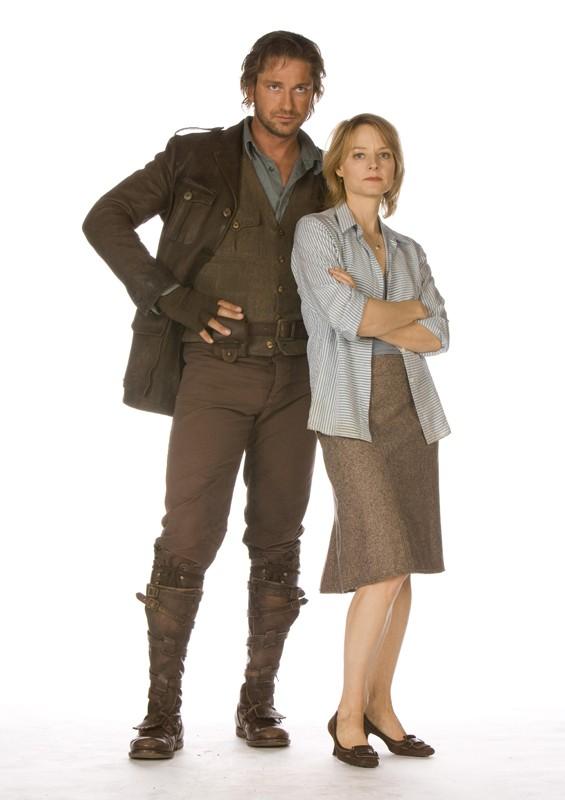 Gerard Butler e Jodie Foster in una foto promo del film 'Alla ricerca dell'isola di Nim'