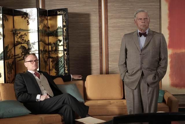 Jared Harris e Robert Morse in una scena dell'episodio Out of Town di Mad Men