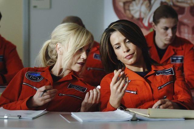 Laura Harris e Christina Cox in una scena dell'episodio Threshold di Defying Gravity