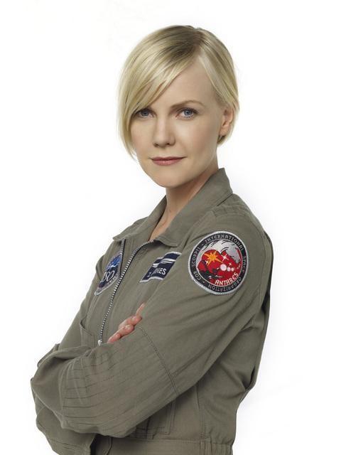 Laura Harris in una foto promozionale della serie Defying Gravity