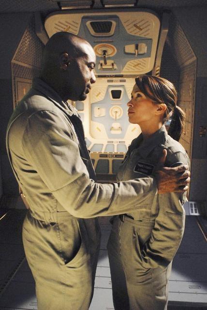 Malik Yoba e Christina Cox in una scena dell'episodio Threshold di Defying Gravity