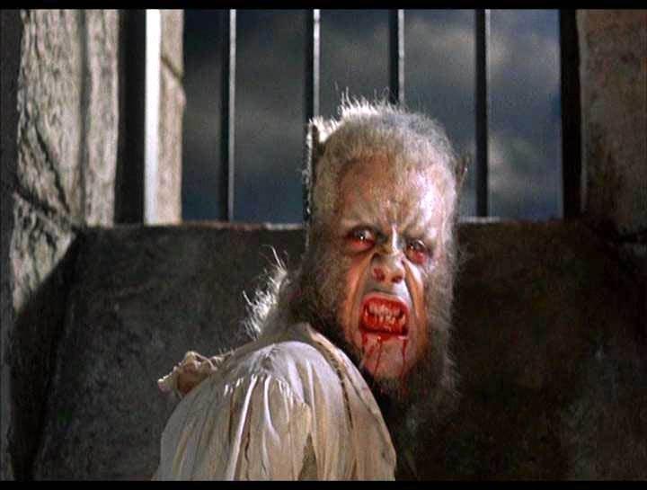 Oliver Reed trasformato in licantropo una scena del film L'implacabile condanna