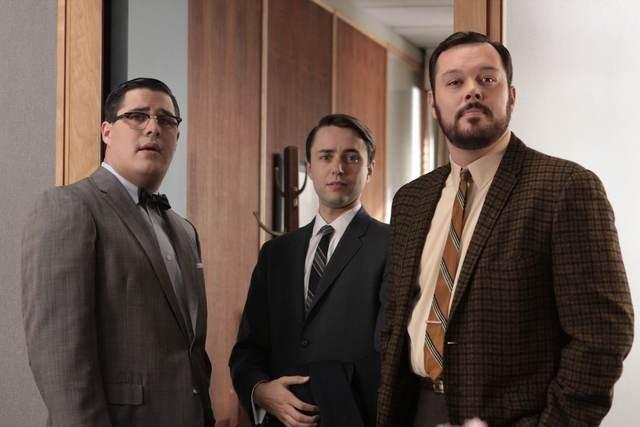 Rich Sommer, Vincent Kartheiser e Michael Gladis in una scena dell'episodio Out of Town di Mad Men