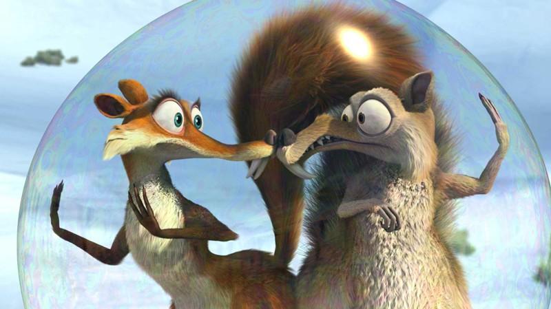 Scrat e Scrattina in una bolla in una scena del film 'L'era glaciale 3 - L'alba dei dinosauri'