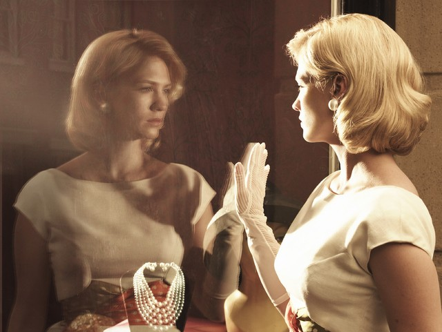 Una immagine promozionale di January Jones per la stagione 3 di Mad Men