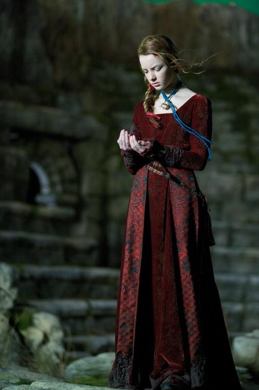 Dakota Blue Richards col vestito della Principessa della Luna in una sequenza di Moonacre: I segreti dell'ultima luna