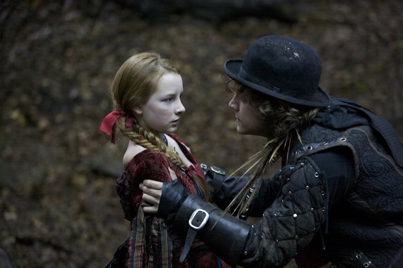 Dakota Blue Richards e Augustus Prew in una scena di The Secret of Moonacre