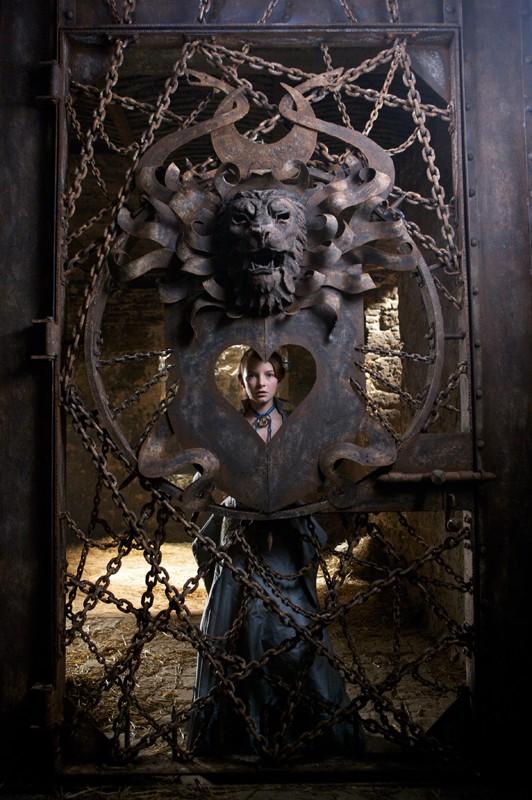 Dakota Blue Richards imprigionata in una cella in una scena del film Moonacre: I segreti dell'ultima luna