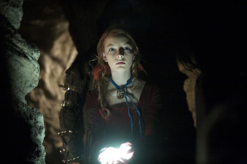 Dakota Blue Richards interpreta Maria in una sequenza di The Secret of Moonacre