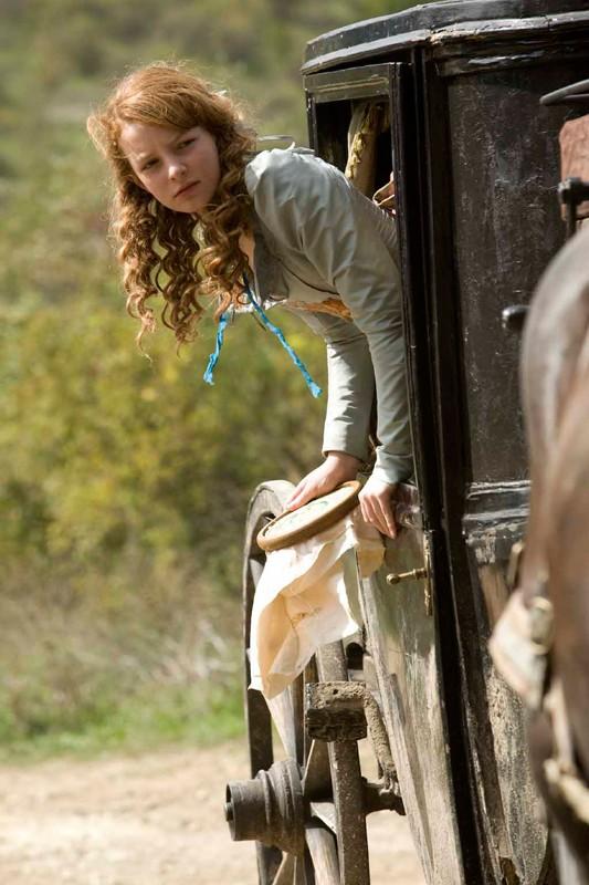 Dakota Blue Richards sulla carrozza in una scena di Moonacre: I segreti dell'ultima luna