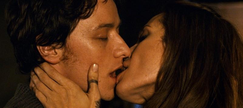 Incontri ravvicinati per Angelina Jolie e James McAvoy in una scena di Wanted