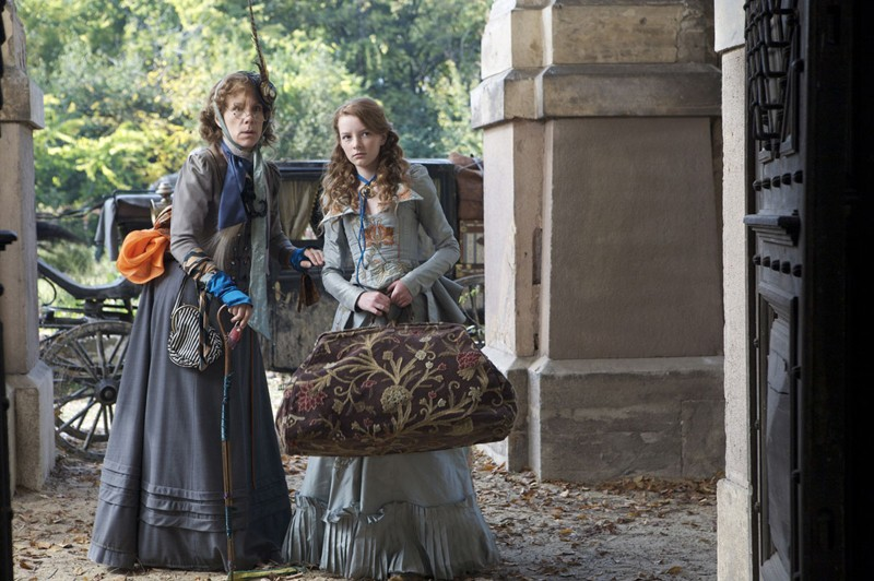Juliet Stevenson (Miss Heliotrope) e Dakota Blue Richards (Maria) in una scena di The Secret of Moonacre