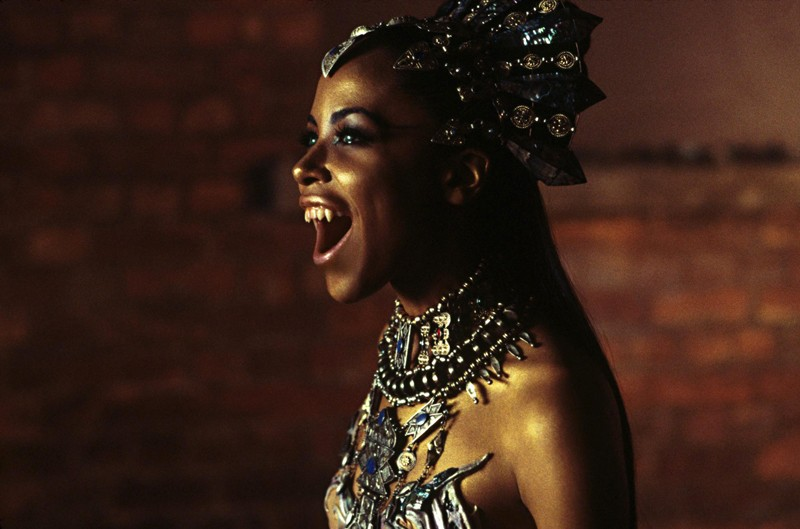 La vampira Akasha (Aaliyah) in una scena del film Queen of the Damned