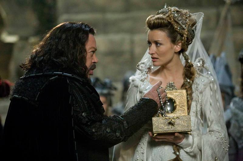 Loveday (Natascha McElhone) con il padre Coeur De Noir (Tim Curry) in una scena del film 'Moonacre: I Segreti dell'Ultima Luna'
