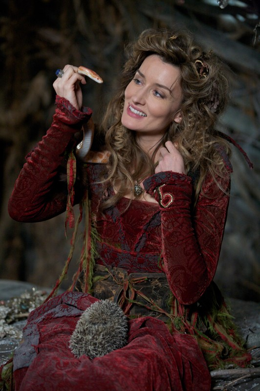 Loveday (Natascha McElhone) e i suoi amici animali in una scena del film Moonacre: I Segreti dell'Ultima Luna