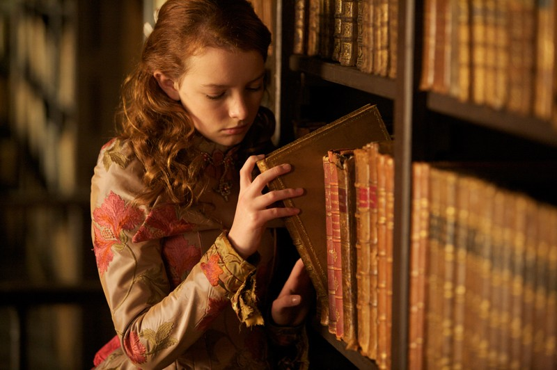 Maria (Dakota Blue Richards) in libreria in una scena di The Secret of Moonacre